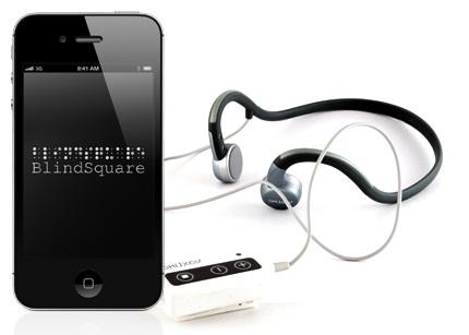 Kännykkä, jossa on BlindSquare-sovellus sekä kuulokkeet.