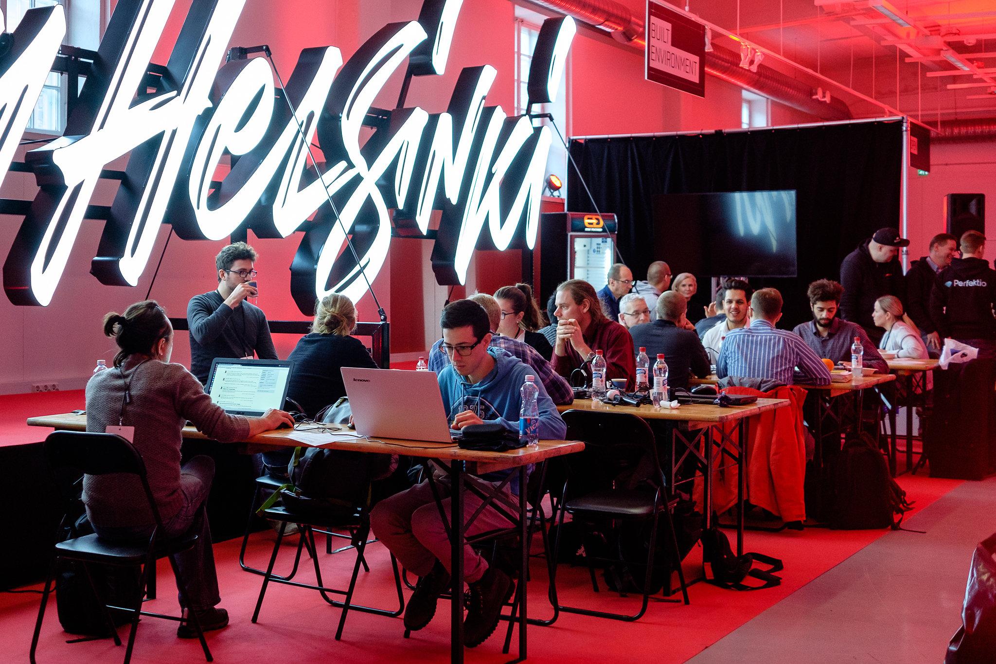 Sovelluskehittäjiä tietokoneidensa äärellä hackathon-tapahtumassa.