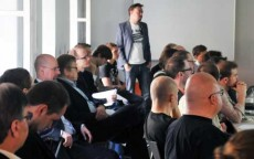 Väkeä yhdessä Helsingin ensimmäisistä kehittäjätapaamisista Forum Viriumin kellarikerroksessa.