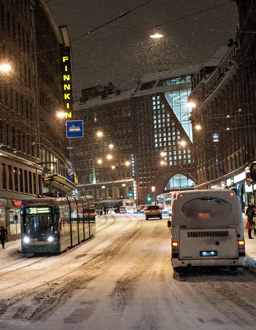 Autoja ja ratikka lumisella Kaivokadulla.