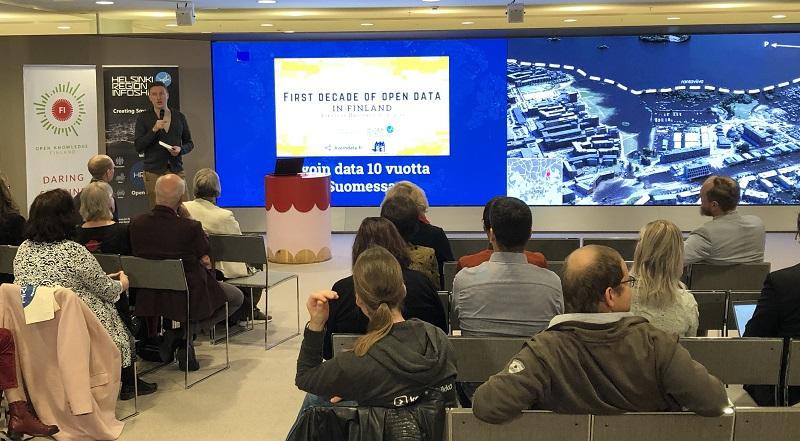 Helsingin Sanomien Juhani Saarinen puhui Avoin data Suomessa 10 vuotta -juhlatilaisuudessa datajournalismista.