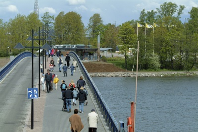 Ihmisiä kävelemässä siltaa pitkin kohti Korkeasaaren eläintarhaa.