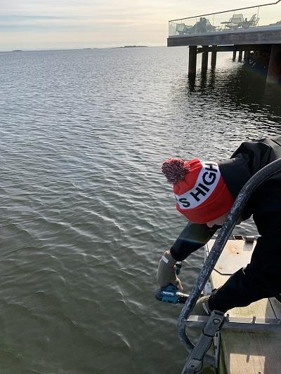 En man installerar en IoT-sensor på vintern.